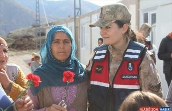 Kadın jandarma astsubaylar depremzede hemcinslerini yalnız bırakmadı