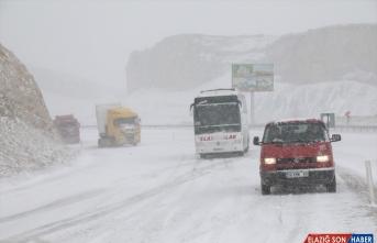 Malatya'da etkili olan kar ulaşımda aksamalara yol açtı