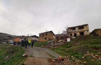 Malatya'da iki katlı metruk bina yıkıldı