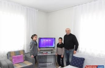 Van'da EBA-TV'den derslerini takip edemeyen 2 kardeşe televizyon hediye edildi