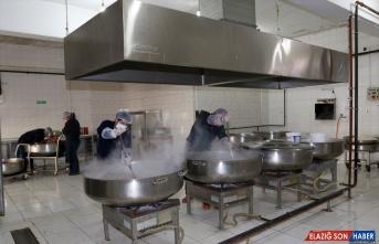 Van'da evden çıkmayan yaşlılara sıcak yemek yardımı