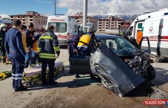 Erzincan'da çekiciyle otomobil çarpıştı: 3 yaralı