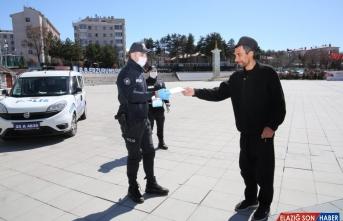 Erzurum'da polis ekipleri vatandaşlara maske dağıttı