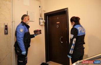 Erzurum'da polislerden 23 Nisan doğumlu çocuklara yaş günü sürprizi