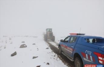 Iğdır'da dağda yakalandıkları tipide mahsur kalan çobanlar ve koyunları kurtarıldı