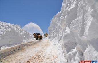 Muş'ta karla mücadele çalışması nisanda da sürüyor