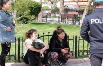 Sokağa çıkma yasağının ihlal eden 3 kadın emniyete götürüldü