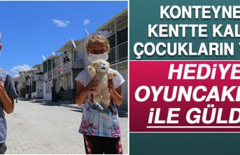 Konteyner Kentte Kalan Çocukların Yüzü Hediye Oyuncaklarla Güldü
