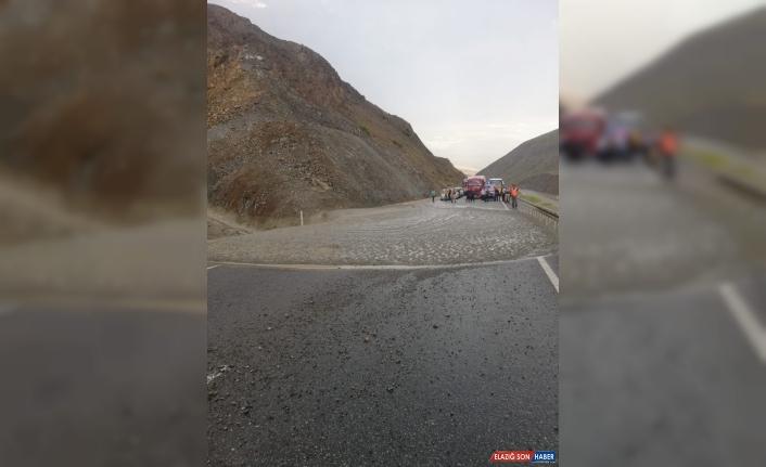 Erzincan-Sivas kara yolunda heyelan meydana geldi