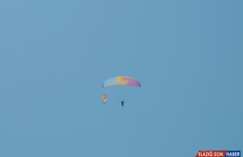 Bingöl'de huzura dikkat çekmek için yamaç paraşütüyle uçtular