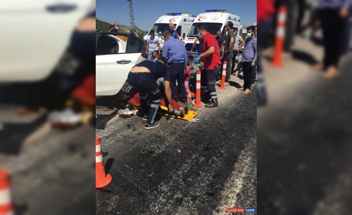 Bitlis'te otomobil kamyona çarptı: 6'sı çocuk 11 yaralı