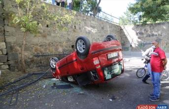 Erzurum'da sürücüsünün fren yerine gaza bastığı otomobil istinat duvarından düştü