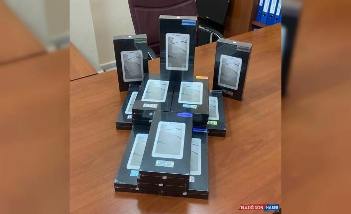Uzaktan eğitime erişemeyen Ardahanlı öğrencilere tablet ve internet desteği