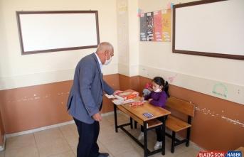Yurdun dört bir yanından gönderilen ürünler Ağrılı öğrencilere ikram edildi