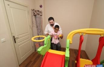 Ağrı Belediye Başkanı Sayan, otizm hastası çocuğun odasına