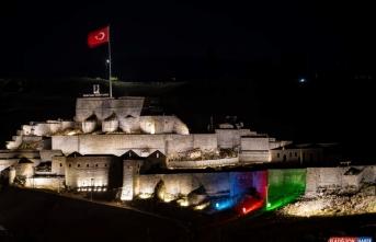Azerbaycan bayrağı renkleri Kars Kalesi'ne ışıkla yansıtıldı