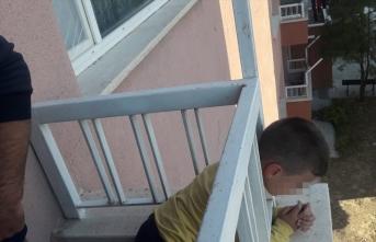 Erzincan'da başı balkon demirine sıkışan çocuk kurtarıldı