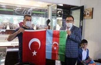 Erzincan'da gönüllü gençler esnafa Türkiye ve Azerbaycan bayrakları dağıttı