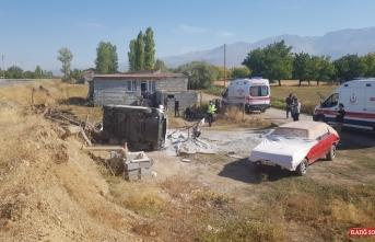 Erzincan'da hafif ticari araç devrildi: 4 yaralı