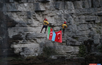 Erzurum'da dağcılar Tortum Şelalesi'nden Türkiye ve Azerbaycan bayraklarıyla iniş yaptı