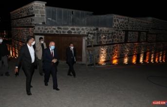 Erzurum'un tarihi mekanları gece ışıklandırma sistemiyle renklendi
