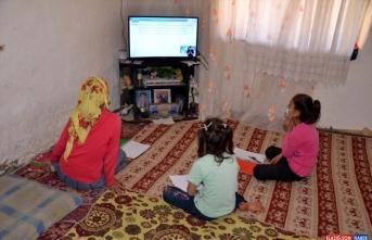 Muş'ta EBA TV'yi takip edemeyen 8 öğrenciye televizyon hediye edildi