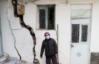 Topraktaki Çatlak Ve Yarıklar Yüzünden İki Mahalle Halkı Diken Üstünde Yaşıyor