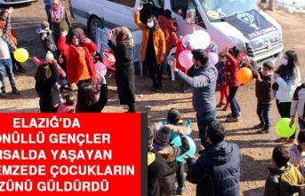 Elazığ'da Gönüllü Gençler Kırsalda Yaşayan Depremzede Çocukların Yüzünü Güldürdü
