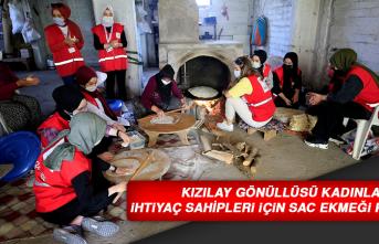 Kızılay Gönüllüsü Kadınlar İhtiyaç Sahipleri İçin Sac Ekmeği Pişiriyor