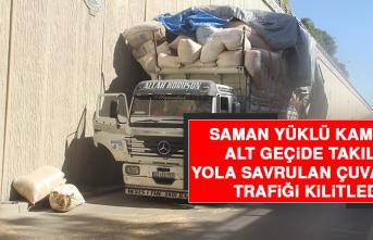 Saman Yüklü Kamyon Alt Geçide Takıldı, Yola Savrulan Çuvallar Trafiği Kilitledi