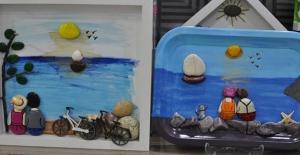 Denizden Topladığı Taşları Sanat Eserine Dönüştürüyor