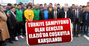 Türkiye Şampiyonu Olan Gençler Elazığ'da Coşkuyla Karşılandı