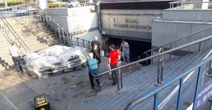 Eminönü'nde sular çekildi; esnaf temizliğe koyuldu
