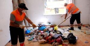 İstanbul'da belediye ekipleri çöpe dönen evleri temizledi