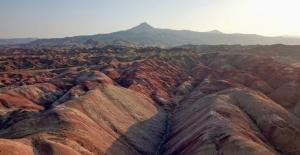 Kırmızı, kahverengi ve sarı topraklarıyla Gökkuşağı Tepeleri
