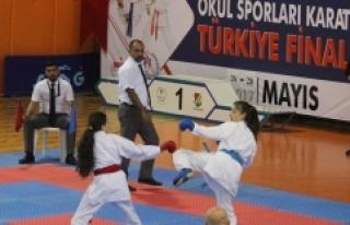 Karatecilere Madalyaları Verildi