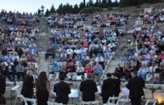 Dünya Turuna Çıkan Turistlerin Efes'te Klasik...