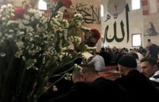 'Eski Cami' Cemaati Cuma Namazını Çiçekler...