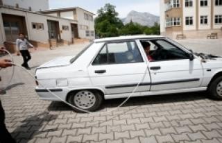 Liseliler 'Uzatma Kablosu'yla Çalışan Otomobili...