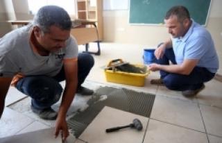 Köy halkı ve öğretmenler el ele okulu onarıyor