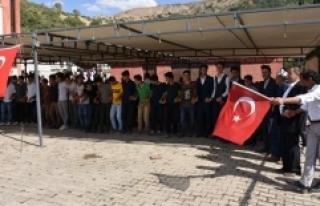 Sınır köyünde Türk bayrağı geleneği
