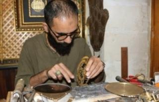 Usturlabı eski tekniklerle yeniden üretiyor