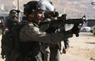 İsrail Askerleri Batı Şeria'da Bir Filistinliyi...