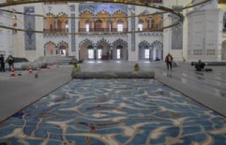 Çamlıca Camii'nin özel tasarım halıları...