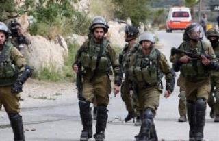 İsrail Askerleri Filistinli Milletvekilini Gözaltına...