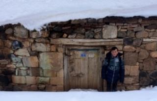 Evler kara gömüldü, 62 yol ulaşıma kapandı