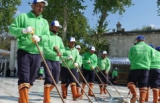 Eyüp Sultan Camii gül suyuyla temizlendi