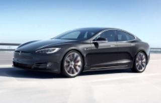 Tesla Model S'in Ufak Bir Gölete Dönen Yoldan...
