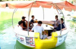 Bursa'da yüzen kafeye turistler büyük ilgi...