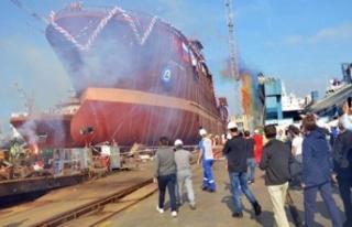 Balık fabrika gemisi denize imam ve papazın dualarıyla...